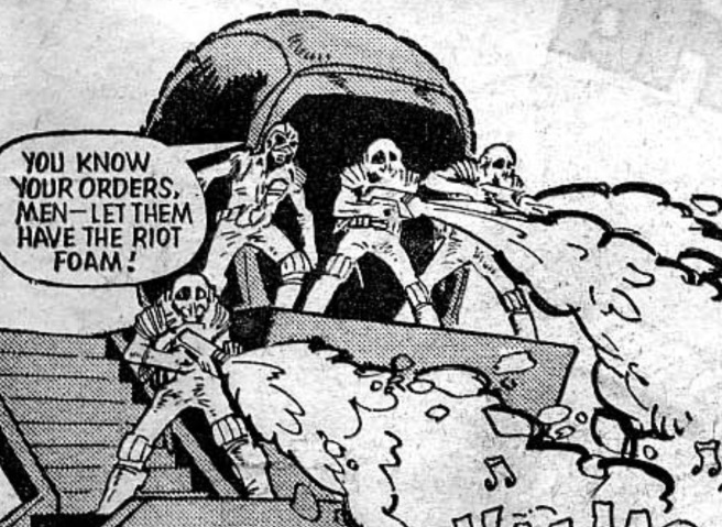 Pánel de Judge Dredd - Brain Blooms (escrita por John Wagner, dibujos de Mike McMahon, letra de Jack Potter). 2000AD Prog 18, 25 de junio de 1977.