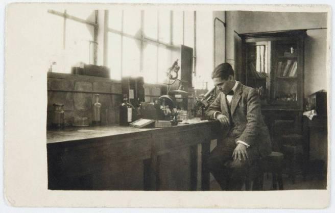 Federico García Lorca en el laboratorio de la Residencia de Estudiantes en 1923. Archivo Residencia de Estudiantes